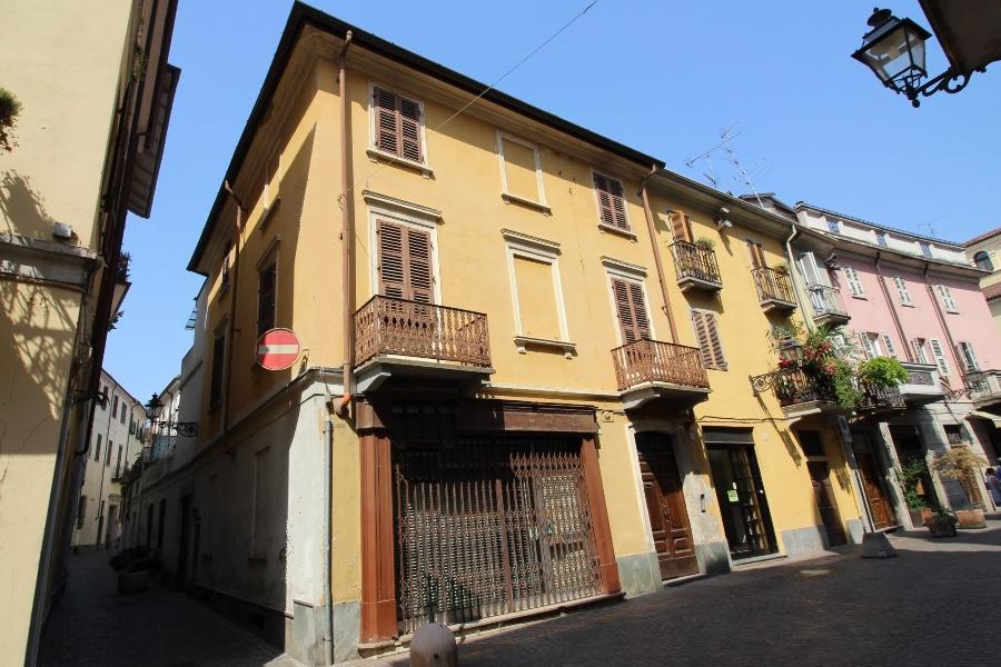 Vercelli INTERO STABILE in vendita